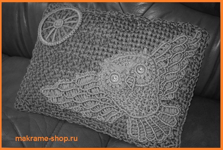 Плетеная подушка с совой в авто