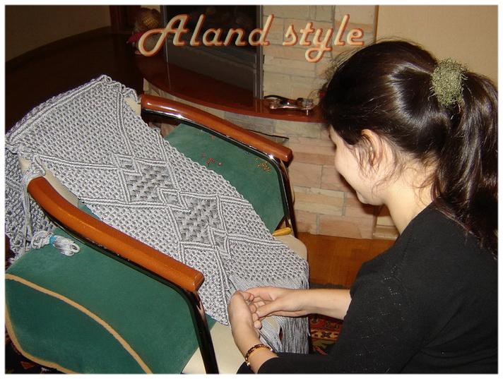 Ученица плетет накидку на автокресло