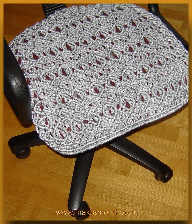 Плетеный коврик на рабочее кресло